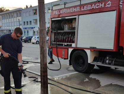 Feuerwehr Lebach wässert Bäume am Bitscher Platz